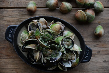 Steamed Cloudy Bay clam with dry cider, shallots and garlic